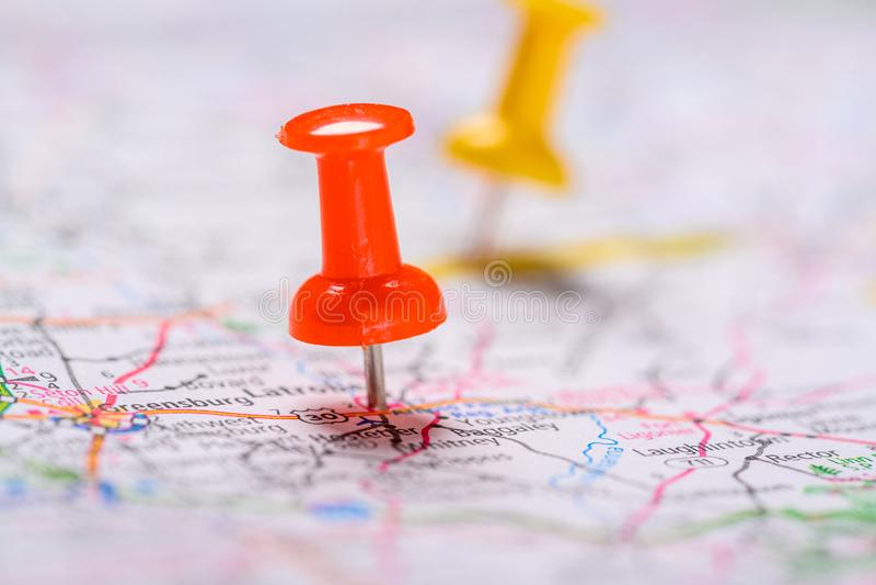 Pasadores rojos y amarillos en un mapa fotos de archivo libres de regalías