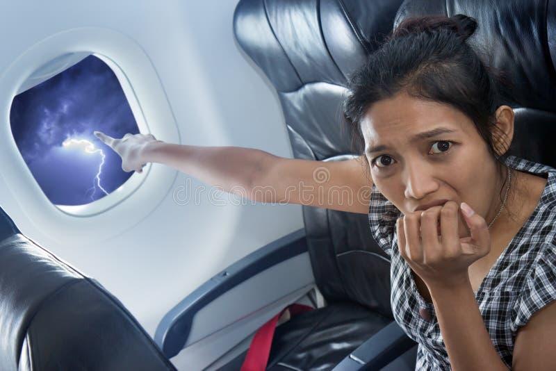 Pasajero aterrorizado en un avión imagen de archivo