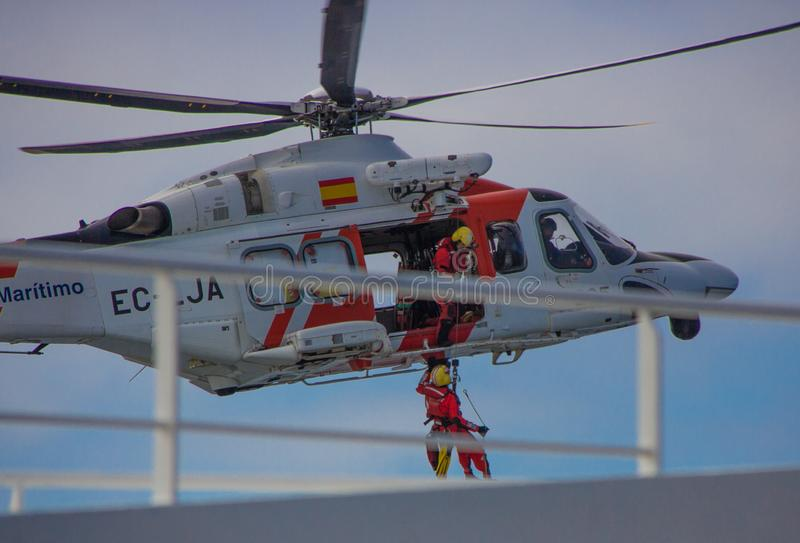 Pasajero cargado del helicóptero del rescate del barco de cruceros foto de archivo