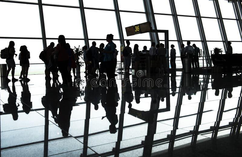 Pasajero de la silueta en el aeropuerto imágenes de archivo libres de regalías