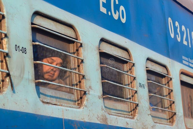 Pasajero durmiente, ferrocarriles indios, fuera de Delhi, la India imagenes de archivo