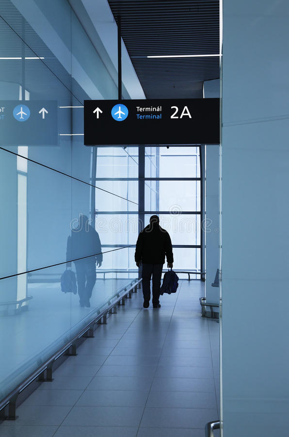 Pasajero en el aeropuerto fotos de archivo