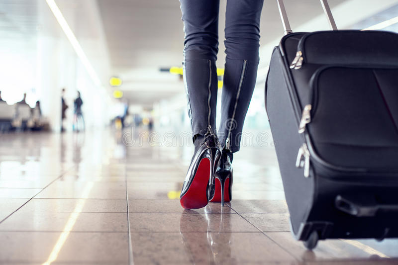 Pasajero femenino bastante joven en el aeropuerto fotos de archivo