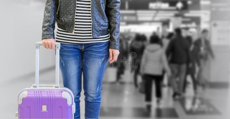 Pasajero femenino con la maleta imágenes de archivo libres de regalías
