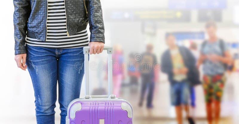 pasajero femenino en el aeropuerto, concepto del seguro del viaje imágenes de archivo libres de regalías