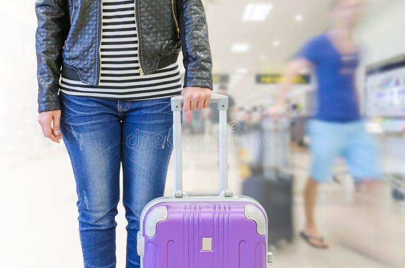 pasajero femenino en el aeropuerto, concepto del seguro del viaje imagen de archivo