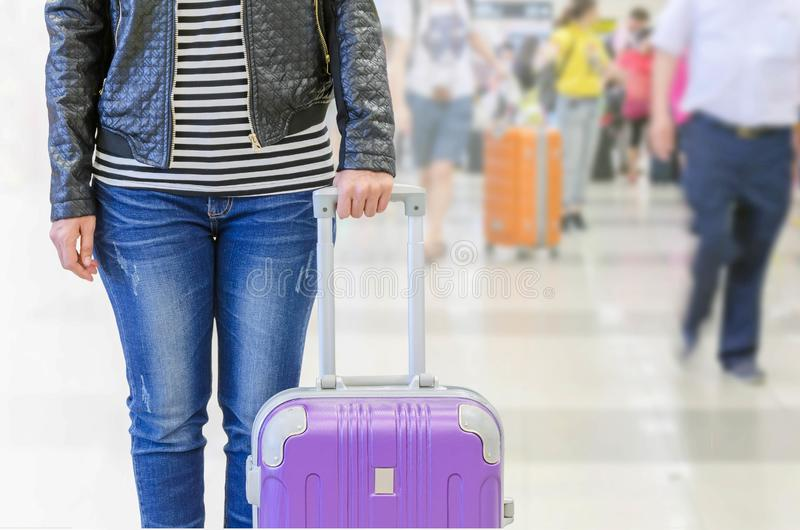 pasajero femenino en el aeropuerto, concepto del seguro del viaje fotos de archivo libres de regalías