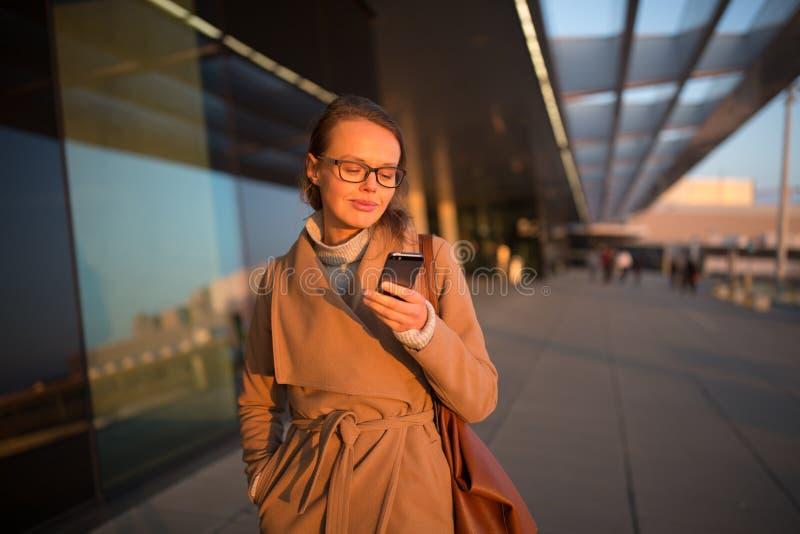 Pasajero femenino joven en el aeropuerto, usando su tableta fotografía de archivo