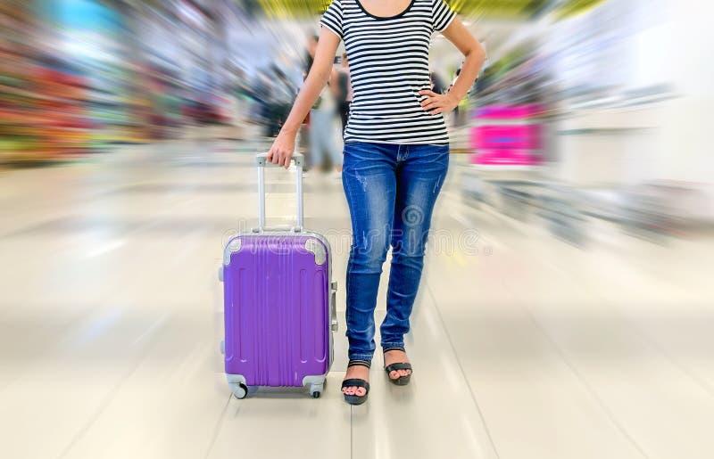 pasajero femenino que celebra la maleta en el aeropuerto fotografía de archivo