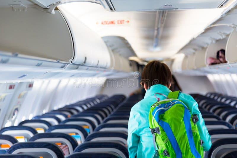 Pasajero pasado, mujer adulta joven que deja un aeroplano foto de archivo