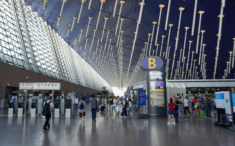 Pasajero que camina alrededor del aeropuerto internacional T de Shanghai Pudong foto de archivo