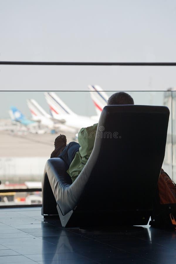 Pasajero que espera su vuelo imágenes de archivo libres de regalías