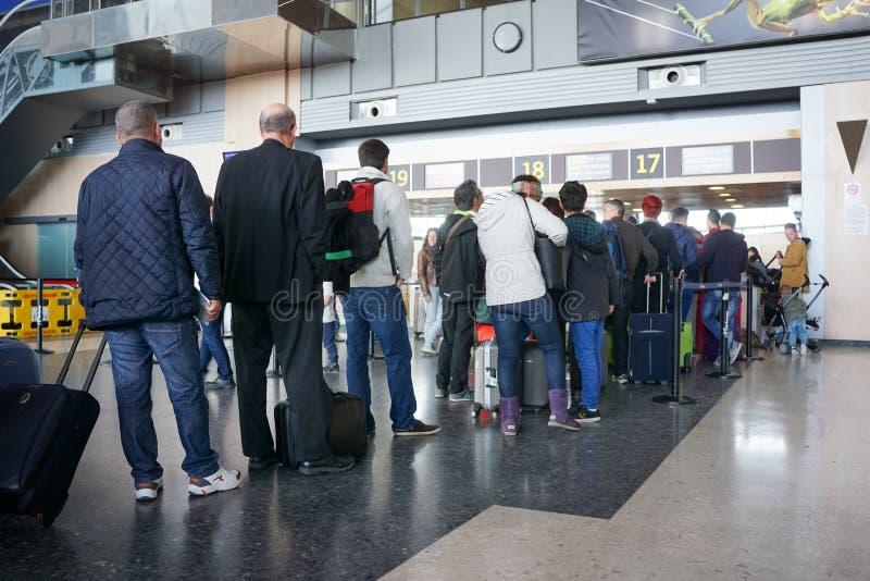 Pasajeros de la línea aérea en el aeropuerto foto de archivo