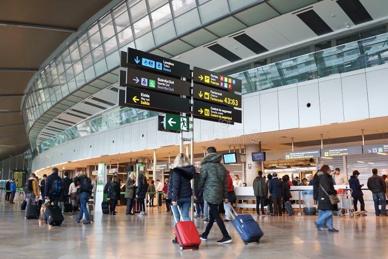 Pasajeros de la línea aérea en el aeropuerto fotografía de archivo