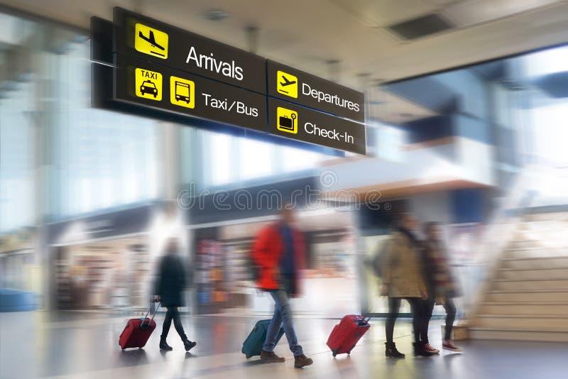 Pasajeros de la línea aérea en un aeropuerto fotos de archivo libres de regalías