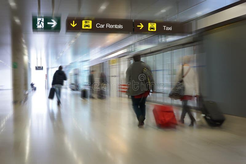 Pasajeros de la línea aérea en un aeropuerto imágenes de archivo libres de regalías