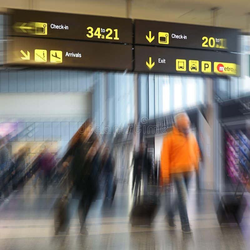 Pasajeros de la línea aérea en un aeropuerto fotografía de archivo libre de regalías