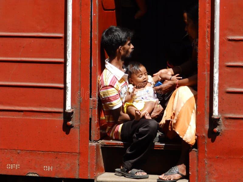 Pasajeros de tercera clase asiáticos en el tren rojo, Sri Lanka fotografía de archivo libre de regalías