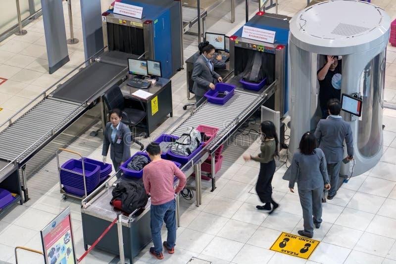 Pasajeros del control y su equipaje en el aeropuerto imágenes de archivo libres de regalías