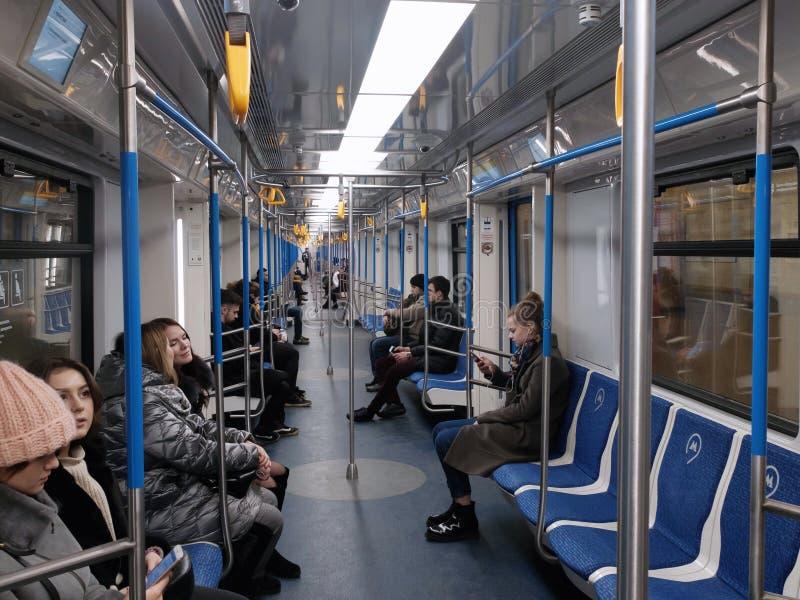 Pasajeros dentro del nuevo tren de 'Moscú ' imagenes de archivo