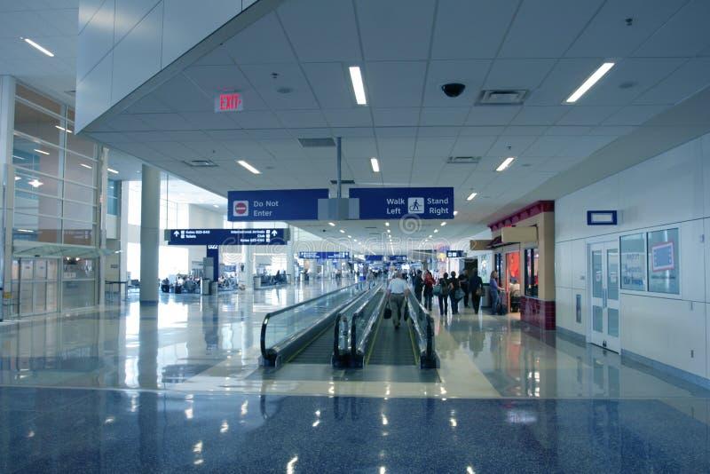 Pasajeros en aeropuerto moderno imagen de archivo
