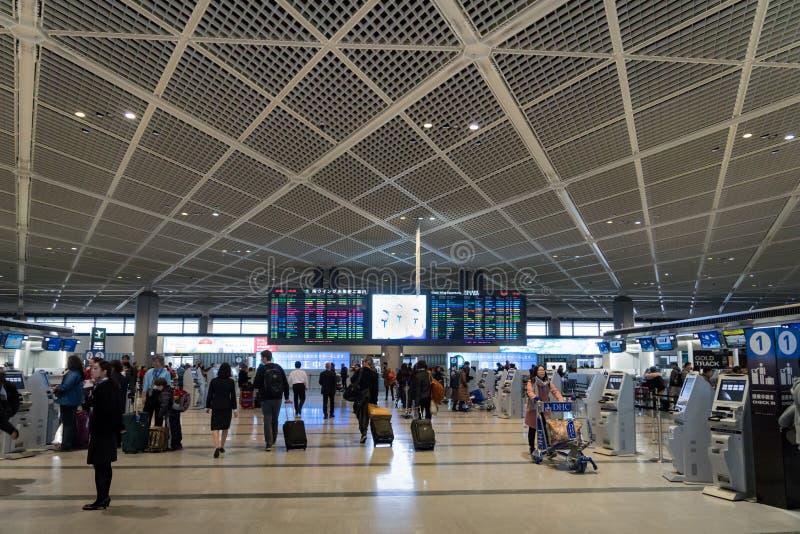 Pasajeros en el área de la salida del terminal 1 en el aeropuerto internacional de Narita, Tokio, Japón foto de archivo