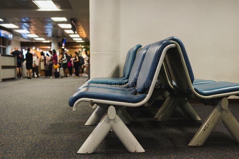 Pasajeros en el aeropuerto debido a los retrasos de vuelo foto de archivo