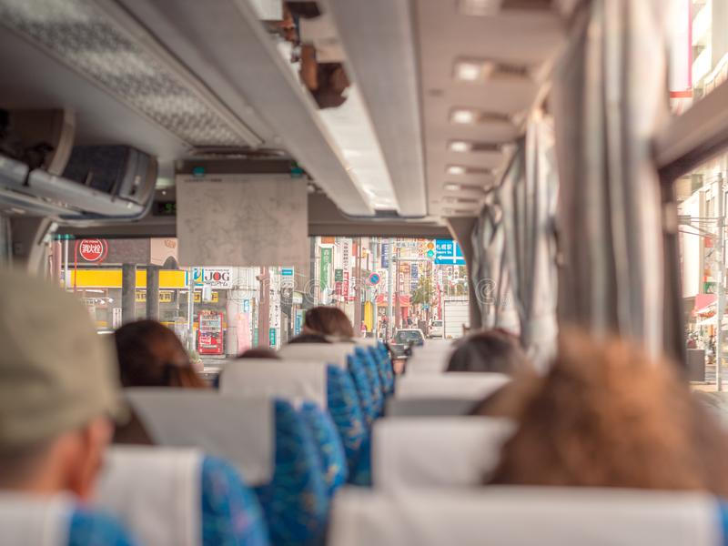 Pasajeros en el autobús durante viaje en Sapporo, Hokkaido, Japón fotografía de archivo