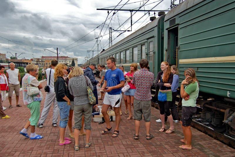 pasajeros en la estación de tren fotos de archivo libres de regalías