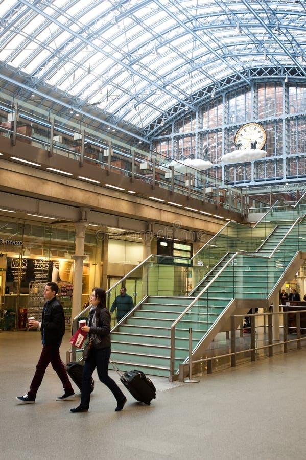 Pasajeros en la estación internacional de St Pancras en Londres fotografía de archivo