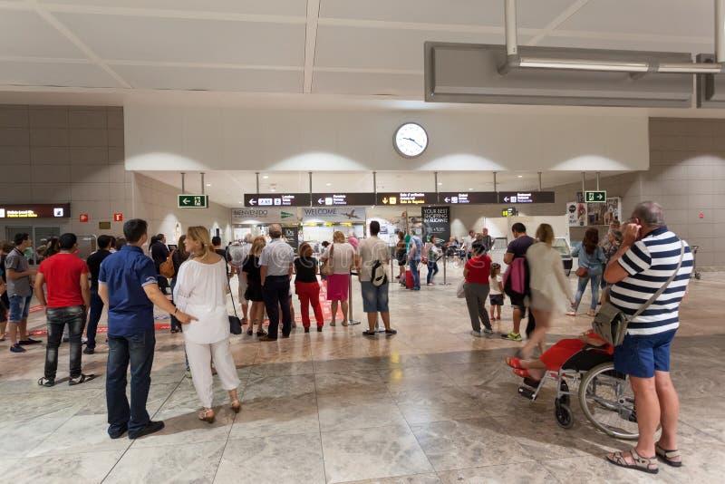 Pasajeros en la puerta de la llegada del aeropuerto imagen de archivo libre de regalías