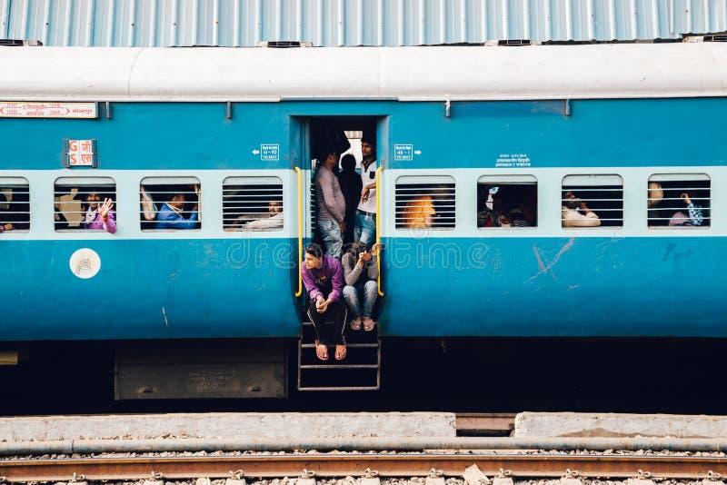 Pasajeros en tren ferroviario indio imagen de archivo libre de regalías