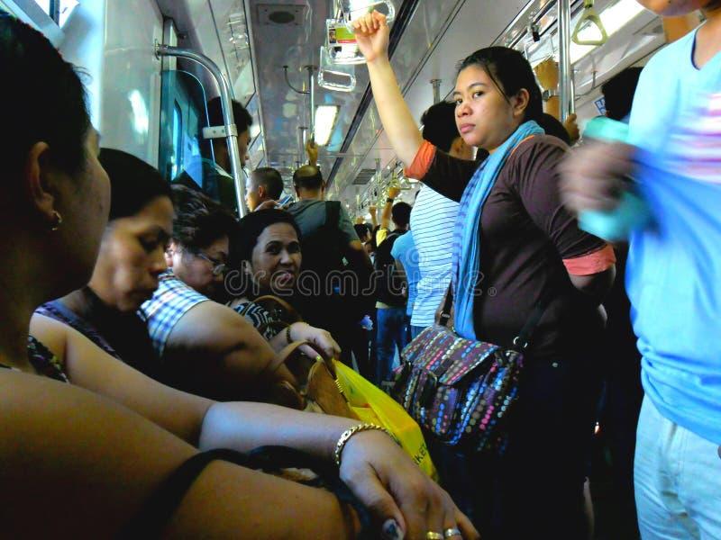 Pasajeros o viajeros dentro de un tren en Manila, Filipinas en Asia foto de archivo