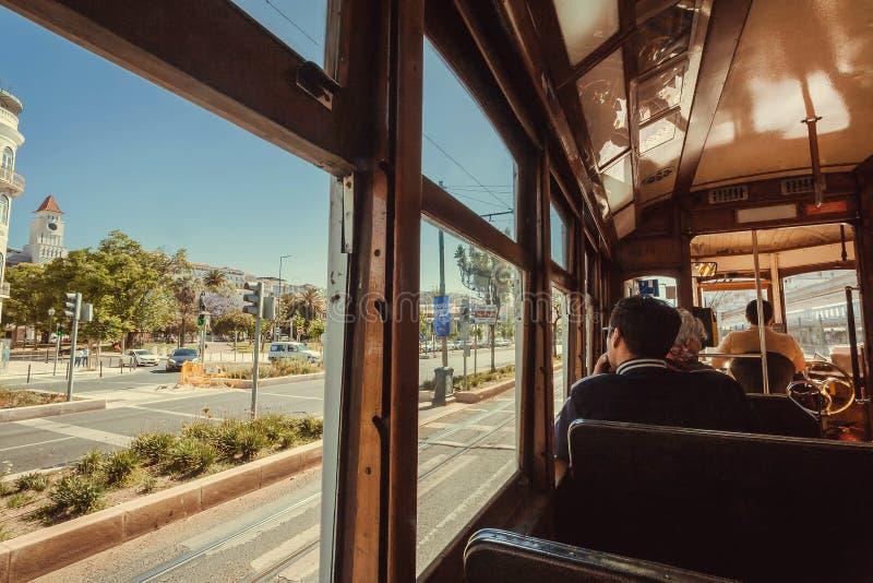 Pasajeros paisaje urbano que va del tranvía retro del último en el ferrocarril del capital fotografía de archivo