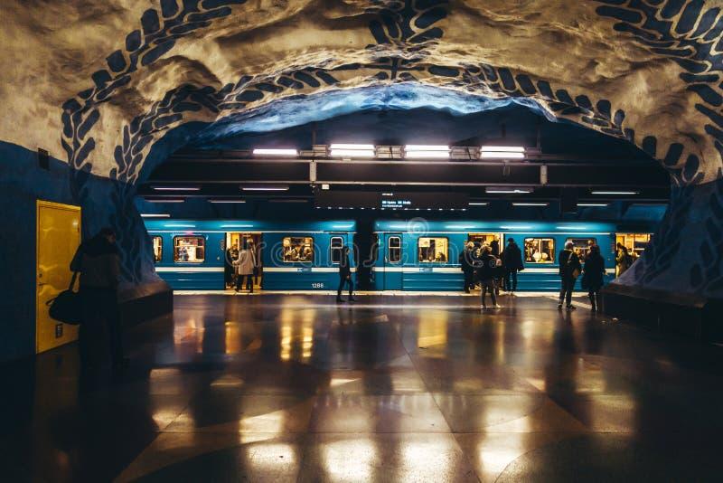 Pasajeros que caminan en el subterráneo que espera en la estación del metro fotos de archivo