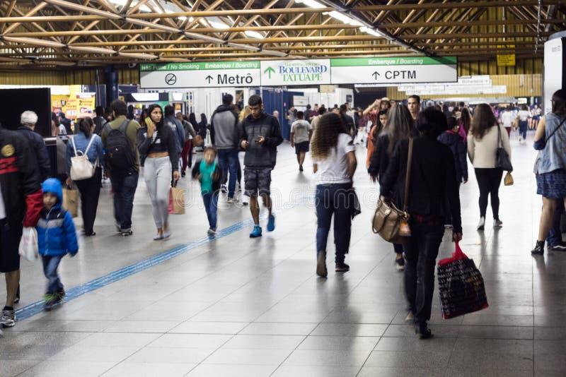 Pasajeros que caminan a la entrada del subterráneo y del tren CPTM del metro en el metro/el tren Sta de Tatuape imágenes de archivo libres de regalías