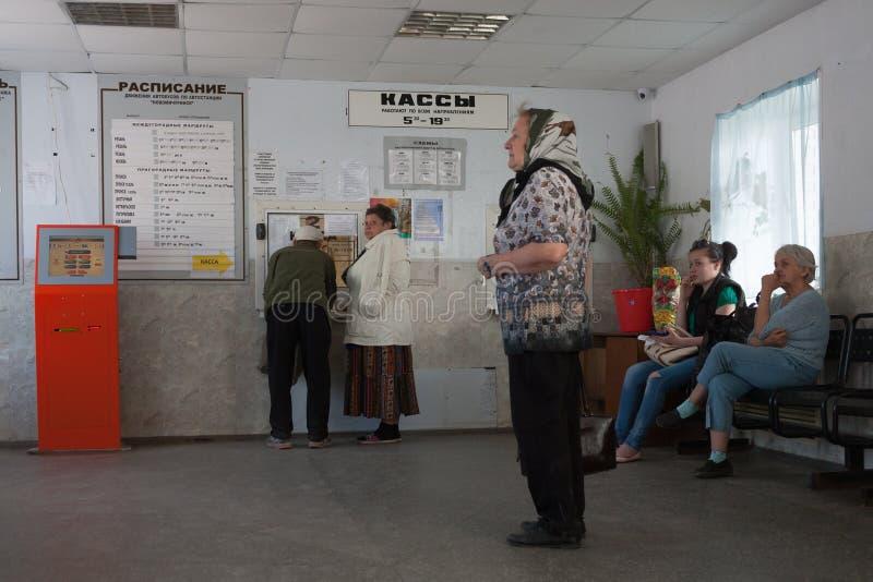 Pasajeros que compran boletos dentro del término de autobuses en 28 05 2018 fotos de archivo