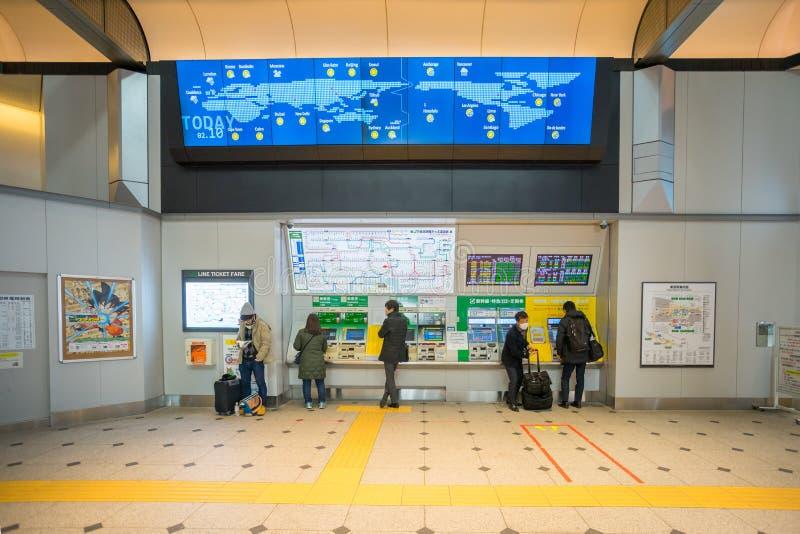 Pasajeros que compran el boleto de tren con la máquina del boleto en la estación de Tokio imágenes de archivo libres de regalías