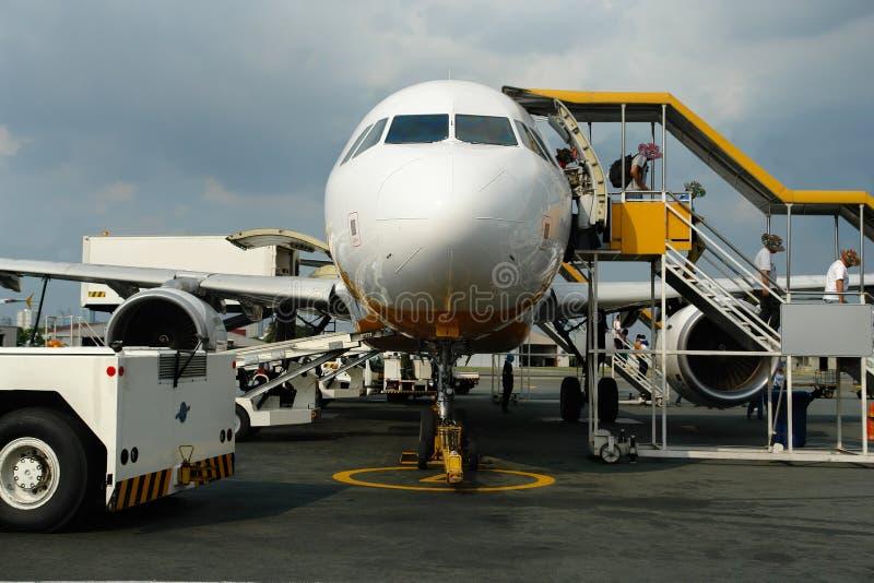 Pasajeros que dejan el avión de pasajeros imagenes de archivo