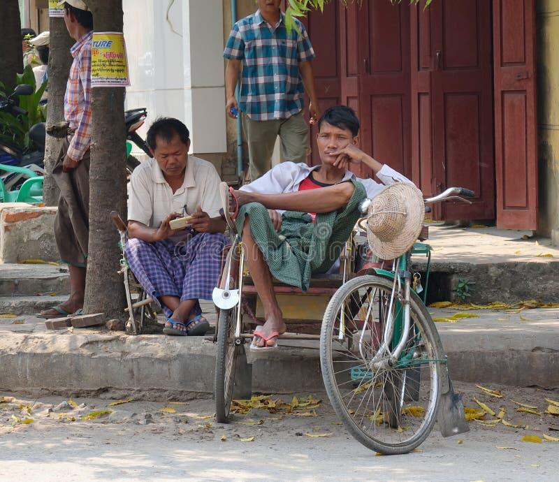 Pasajeros que esperan del conductor del carrito para en Mandalay, Myanmar imágenes de archivo libres de regalías