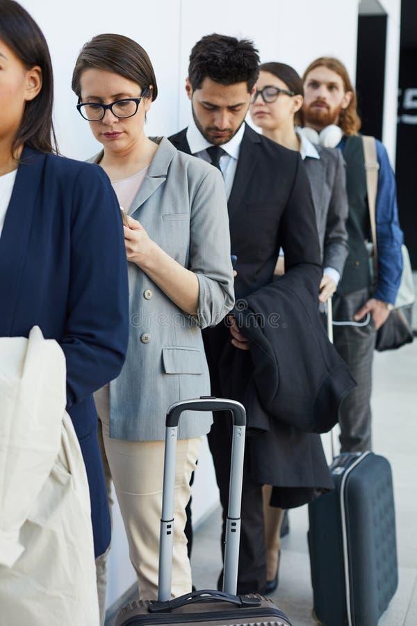 Pasajeros que esperan enregistramiento del aeropuerto fotografía de archivo