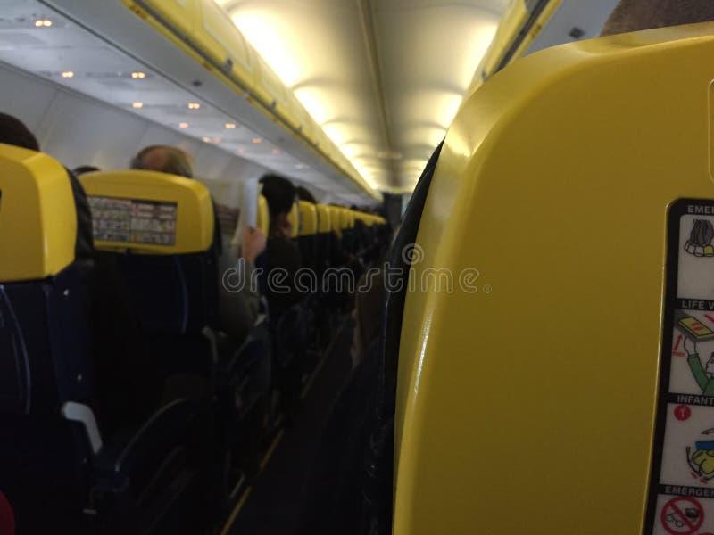 Pasajeros que se sientan dentro del aeroplano fotografía de archivo