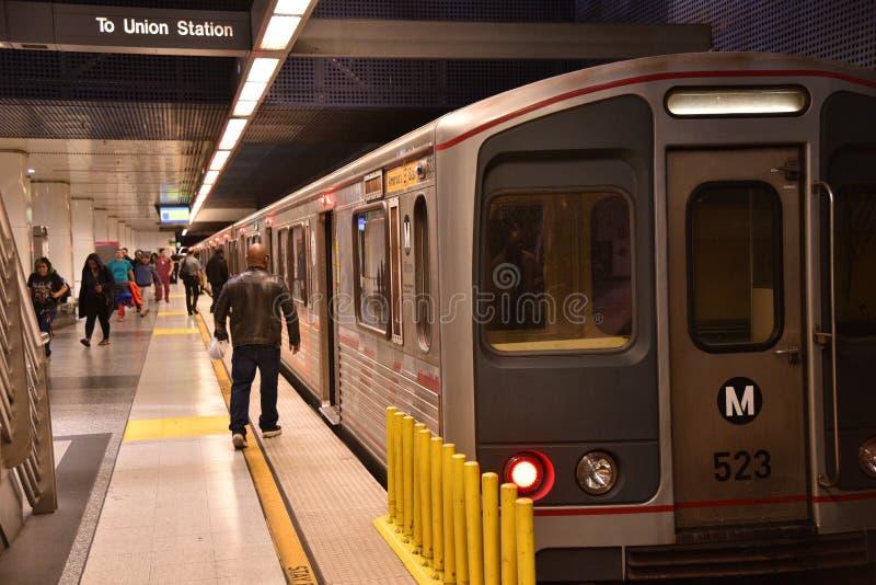 Pasajeros que suben a un coche de subterráneo del metro en Los Angeles imagen de archivo libre de regalías