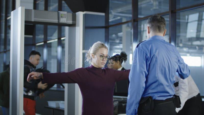 Pasajeros que tienen examen en aeropuerto imagen de archivo libre de regalías