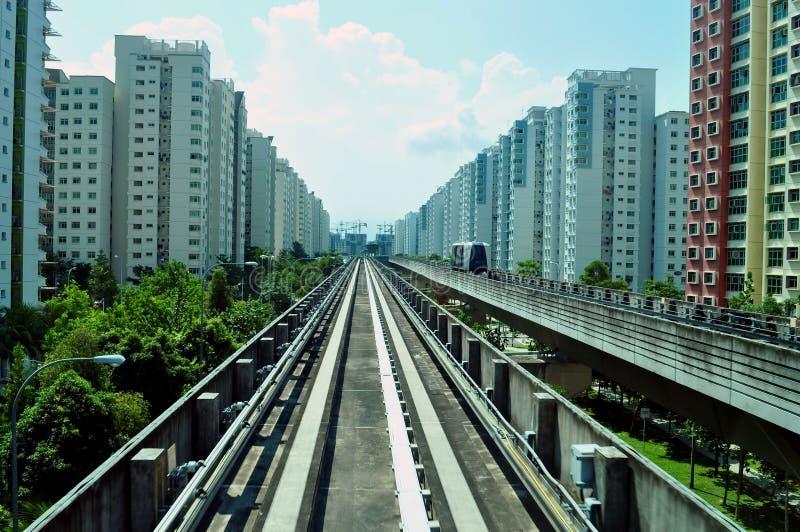 Pasamanos del tren de LRT con los apartamentos imagen de archivo