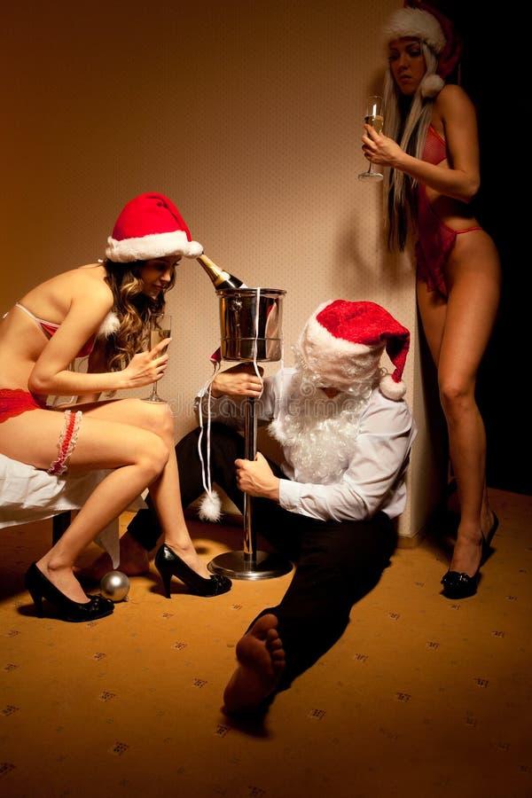 Pasan Papá Noel hacia fuera bebido imagenes de archivo