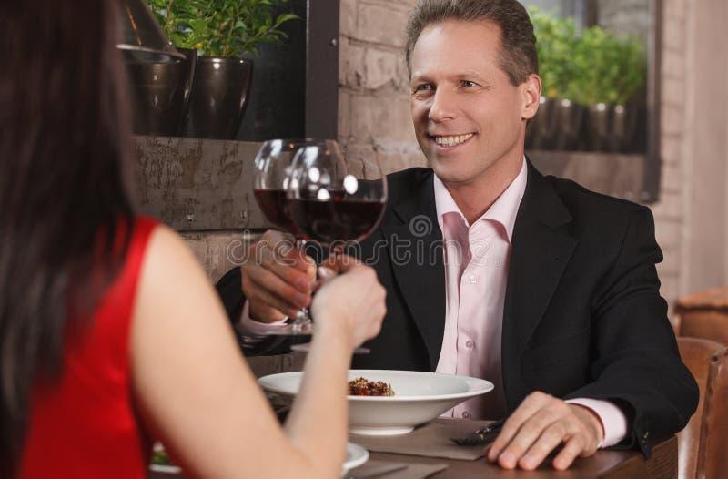 Pasando su tiempo junto en el restaurante. El Dr. maduro de los pares imagenes de archivo