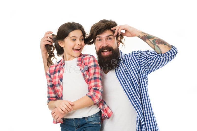Pasando tiempo agradable en casa El ir loco junto Ni?a feliz con el padre poco ni?o amar a su pap? D?a de padres imagen de archivo
