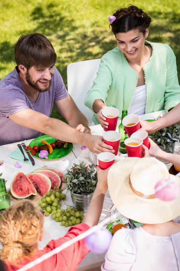 Pasando tiempo con los amigos al aire libre foto de archivo