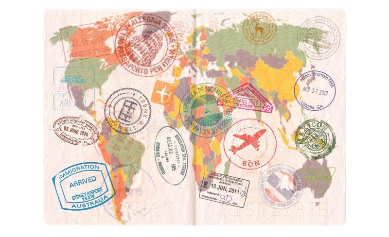 Pasaporte abierto con las visas, sellos, sellos Concepto del viaje o del turismo del mapa del mundo imagen de archivo libre de regalías